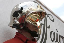 Le reflet de Daniel Ricciardo, Red Bull Racing RB13, dans le casque d'un commissaire de piste