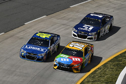 Kyle Busch, Joe Gibbs Racing, Toyota; Jimmie Johnson, Hendrick Motorsports, Chevrolet