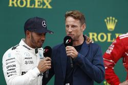 Ganador de la carrera Lewis Hamilton, Mercedes AMG F1, es entrevistado por Jenson Button, McLaren, en el podio