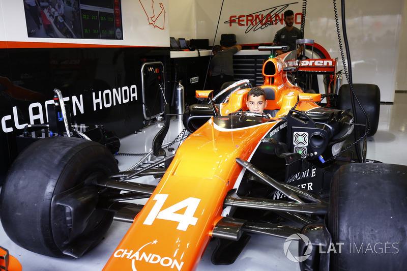 Уболівальник у McLaren MCL32 Фернандо Алонсо