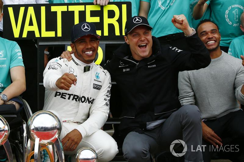 Race winner Lewis Hamilton, Mercedes AMG F1, second place Valtteri Bottas, Mercedes AMG F1, celebrate with the team