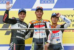 Подиум: победитель гонки Валентино Росси, второе место – Алекс Баррос, третье место – Тору Укава