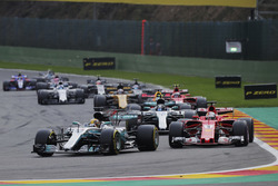 Lewis Hamilton, Mercedes AMG F1 W08, Sebastian Vettel, Ferrari SF70H, Valtteri Bottas, Mercedes AMG F1 W08, Daniel Ricciardo, Red Bull Racing RB13 and Kimi Raikkonen, Ferrari SF70H, vor dem Restart