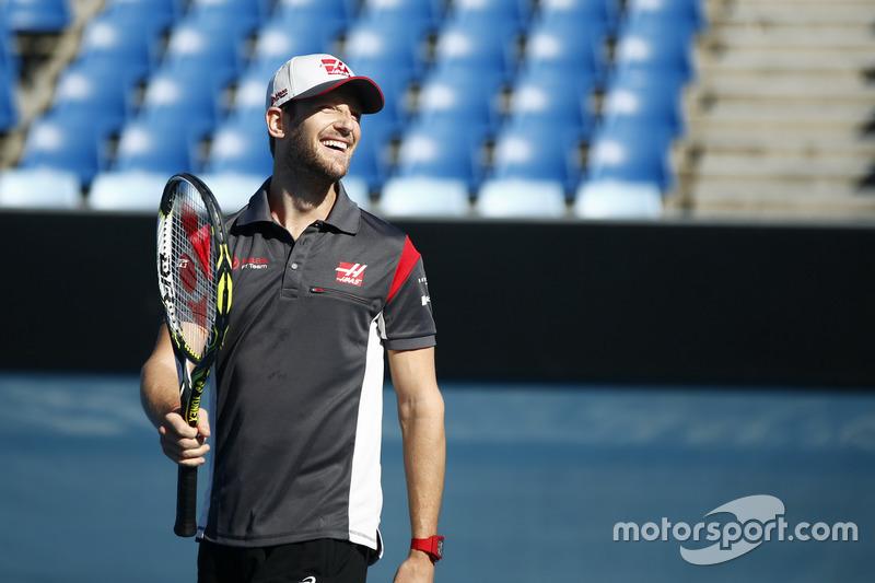 Romain Grosjean, Haas F1 Team, juega ante el Campeón paralímpico australiano, Dylan Alcott