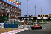 Michael Schumacher, Ferrari F310B, toma la bandera a cuadros