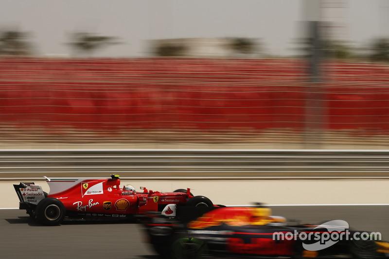 Daniel Ricciardo, Red Bull Racing RB13, leads Sebastian Vettel, Ferrari SF70H