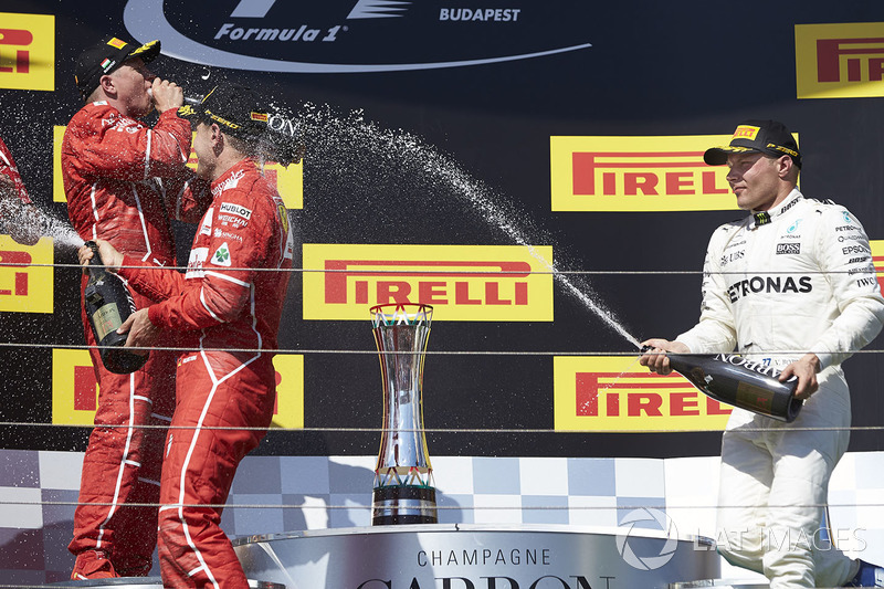 Podio: ganador de la carrera Sebastian Vettel, Ferrari, Kimi Raikkonen, Ferrari, el segundo lugar y