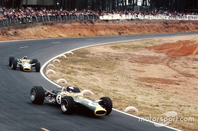 Grand Prix de France 1967 : Jim Clark, Lotus 49, devance son coéquipier Graham Hill
