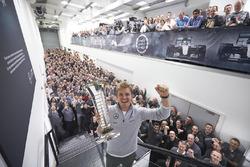 Нико Росберг, Mercedes AMG F1, с чемпионским кубком