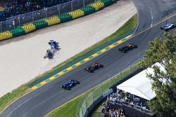 Столкновение: Маркус Эрикссон, Sauber C36, и Кевин Магнуссен, Haas F1 VF-17