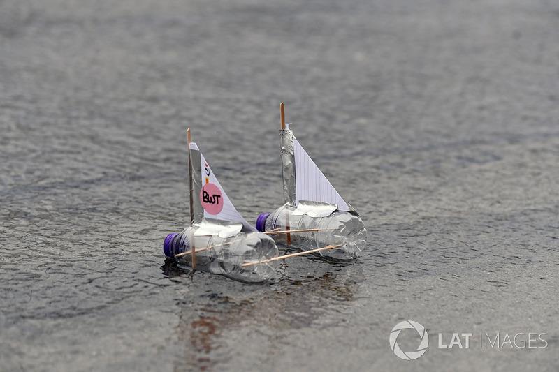 Un petit bateau sahara force india flotte dans la voie des for Dans un petit bateau