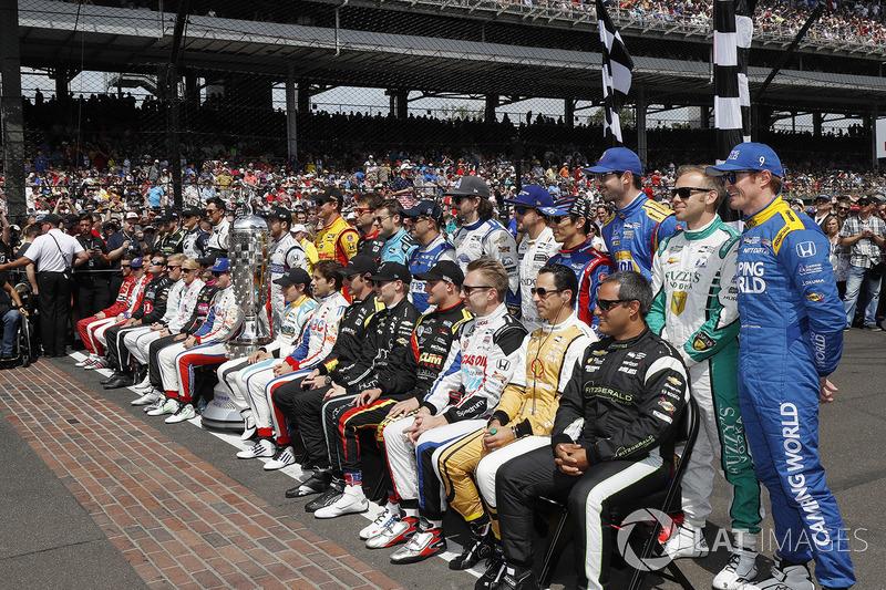 Перед стартом гонщики по традиции представились публике.