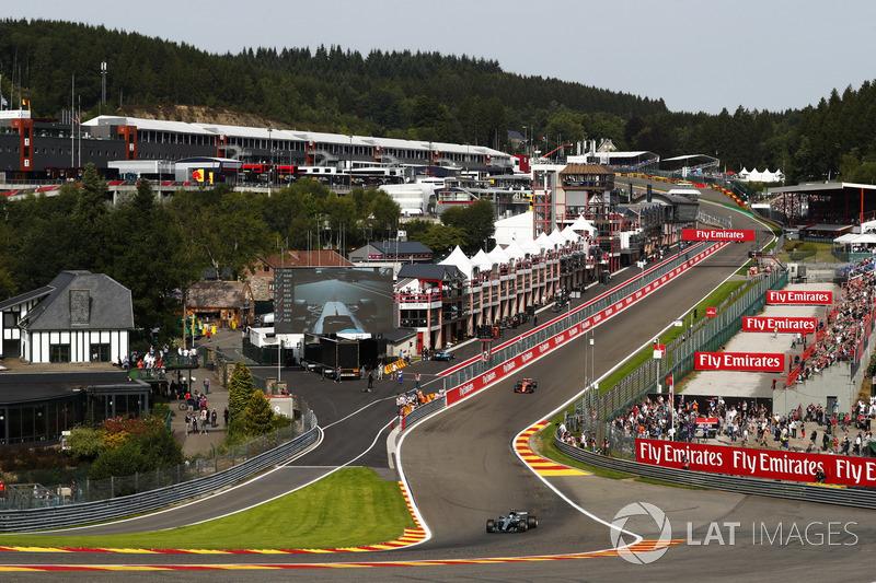 Валттері Боттас, Mercedes AMG F1 W08, пускає іскри перед Стоффелем Вандорном, McLaren MCL32