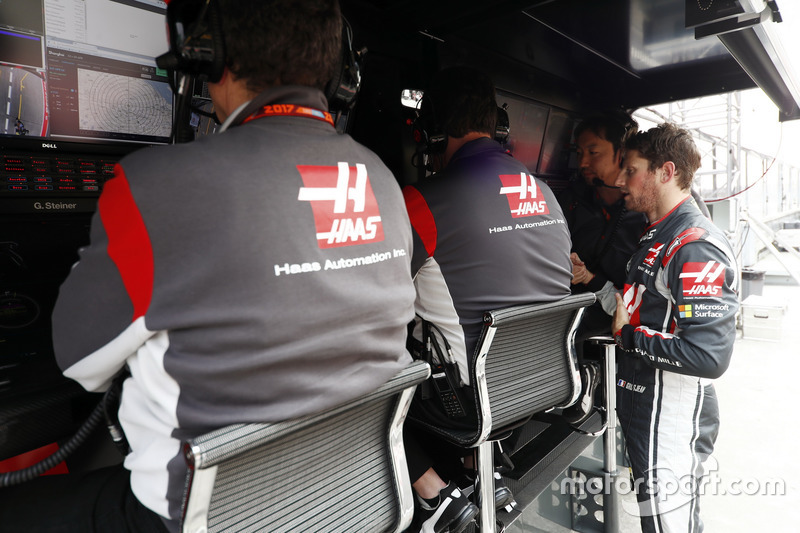 Romain Grosjean, Haas F1 Team, am Kommandostand