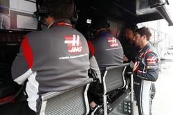 Romain Grosjean, Haas F1 Team, en el pit wall
