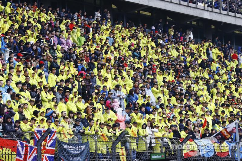 Marea amarilla de aficionados en la tribuna principal