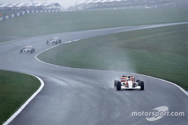 A partir de la segunda vuelta Senna al volante de su McLaren, dejando a los dos Williams...