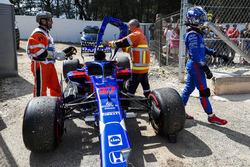 Comisarios mueven el coche accidentado de Pierre Gasly, Toro Rosso STR13