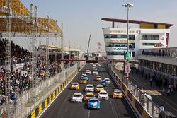 Rob Huff, Chevrolet Cruze LT leads Andy Priaulx, BMW 320si, Jordi Gene Guerrero, SEAT Leon 2.0 TDI, Augusto Farfus, BMW 320si, Tiago Monteiro, SEAT Leon 2.0 TDI, Gabriele Tarquini, SEAT Leon 2.0 TDI and the field at the start of the race