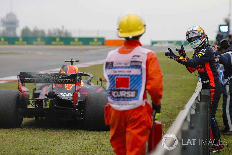 Daniel Ricciardo, Red Bull Racing, attend près de sa voiture à l'arrêt