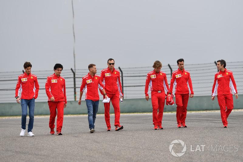 Себастьян Феттель, Ferrari, йде треком з командою