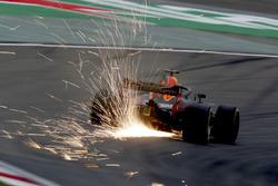 Daniel Ricciardo, Red Bull Racing RB14 Tag Heuer, envoie des étincelles en l'air