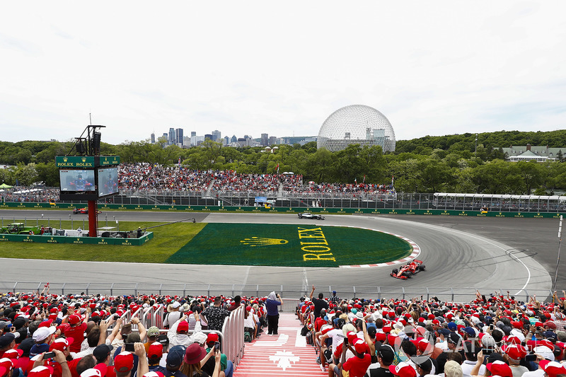 Sebastian Vettel, Ferrari SF71H, precede Valtteri Bottas, Mercedes AMG F1 W09