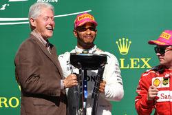 Ganador, Lewis Hamilton, Mercedes AMG F1 celebra con el ex presidente de Estados Unidos Bill Clinton