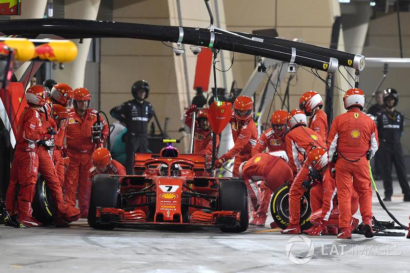 Kimi Raikkonen, Ferrari SF71H golpea a un mecánico mientras abandona los boxes