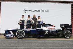 Валттери Боттас, Пастор Мальдонадо и Сьюзи Вольф рядом с Williams FW35