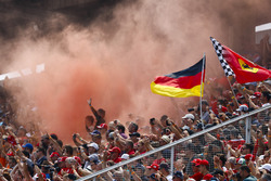 Temporada 2018 F1-german-gp-2018-fans-in-a-grandstand-set-off-flares