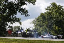 Charlie Kimball, Carlin Chevrolet, Tony Kanaan, A.J. Foyt Enterprises Chevrolet crash in turn 9