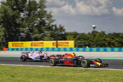 Max Verstappen, Red Bull Racing RB14, Sergio Perez, Force India VJM11
