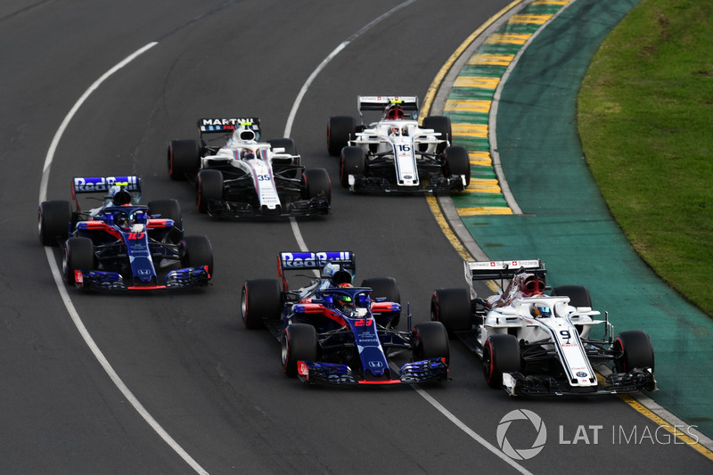 Marcus Ericsson, Sauber C37 e Brendon Hartley, Scuderia Toro Rosso STR13, in lotta