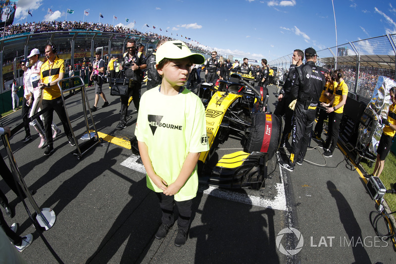 A Melbourne grid mascot stands in front of the car of Nico Hulkenberg, Renault Sport F1 Team R.S. 18