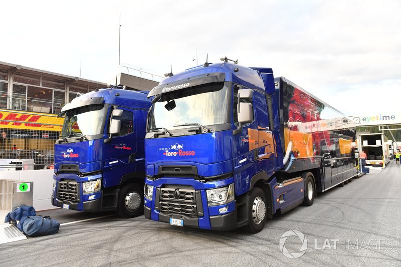 Des camions Scuderia Toro Rosso