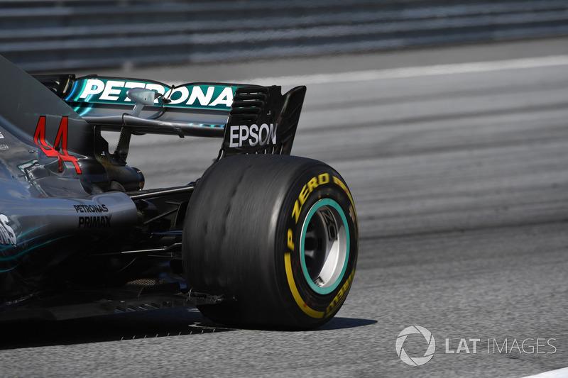 Le pneu arrière cloqué de Lewis Hamilton, Mercedes-AMG F1 W09