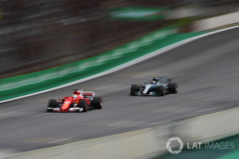 Sebastian Vettel, Ferrari SF70H y Valtteri Bottas, Mercedes-Benz F1 W08 saca chispas