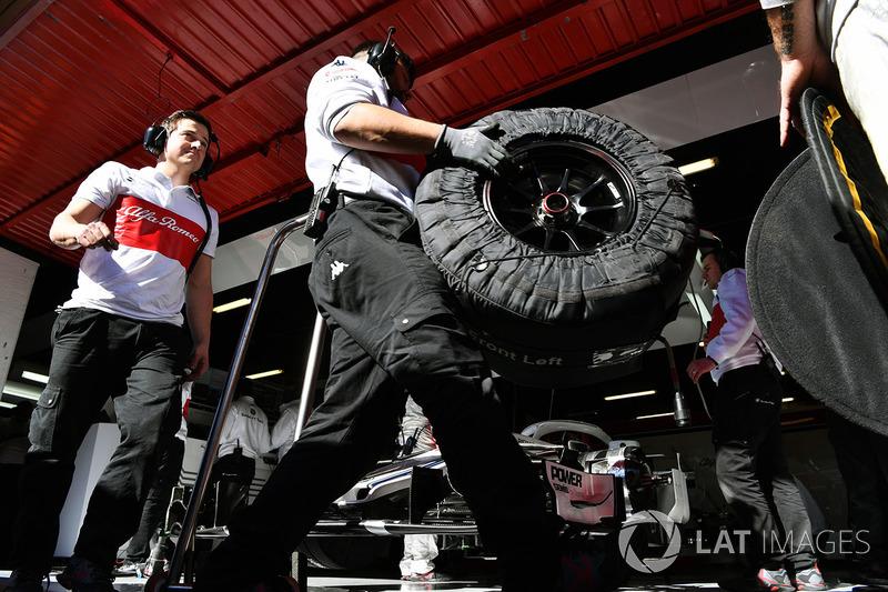 Механики Alfa Romeo Sauber F1 Team с шинами Pirelli