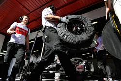 Alfa Romeo Sauber F1 Team mechanics and Pirelli tyres