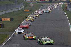 #82 GRT Grasser Racing Team Lamborghini Huracán GT3: Rolf Ineichen, Christian Engelhart führt