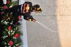 Winnaar Daniel Ricciardo, Red Bull Racing viert op het podium met champagne