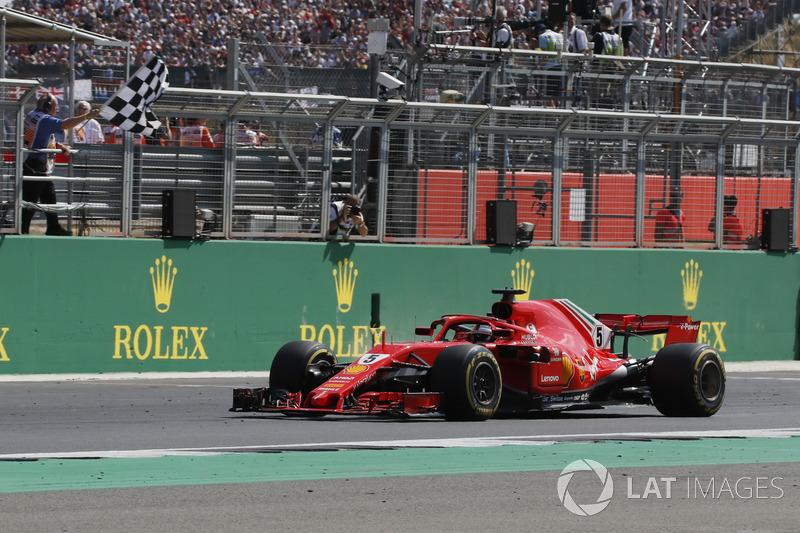 Il vinciore della gara Sebastian Vettel, Ferrari SF71H, prende la bandiera a scacchi