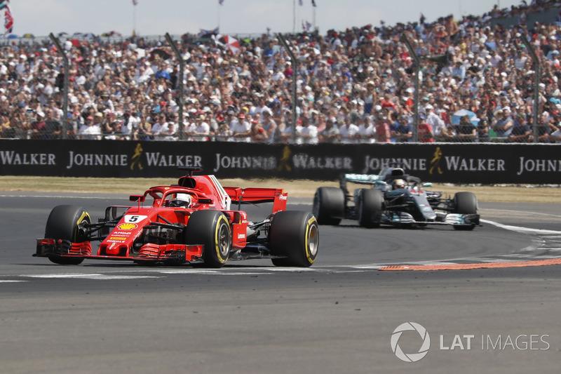 Sebastian Vettel, Ferrari SF71H, davanti a Lewis Hamilton, Mercedes-AMG F1 W09