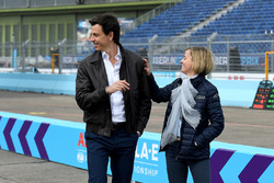 Toto Wolff, Director Ejecutivo, Mercedes AMG. con Susie Wolff, fundadora de Dare to be Different