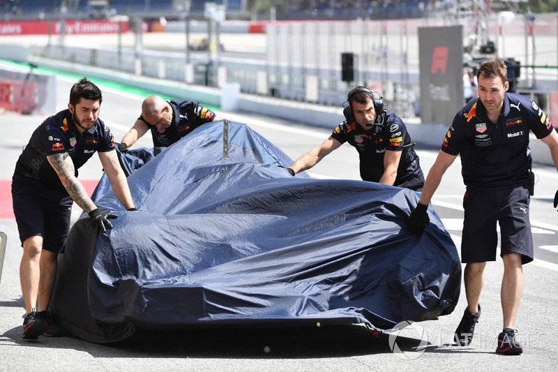 El coche chocado de Daniel Ricciardo, Red Bull Racing RB14llevado a pits1