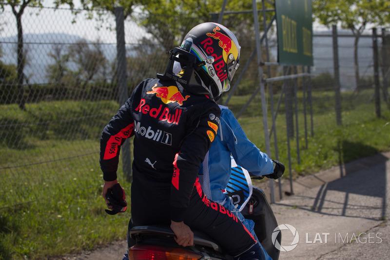Daniel Ricciardo, Red Bull Racing riceve un passaggio in scooter dopo l'incidente nelle FP1