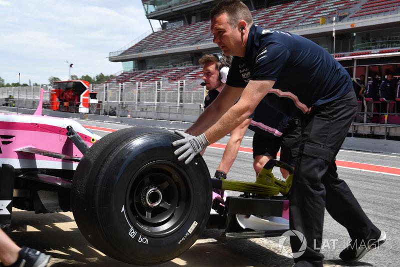Автомобиль Sahara Force India F1 VJM11 с немаркированными шинами Pirelli