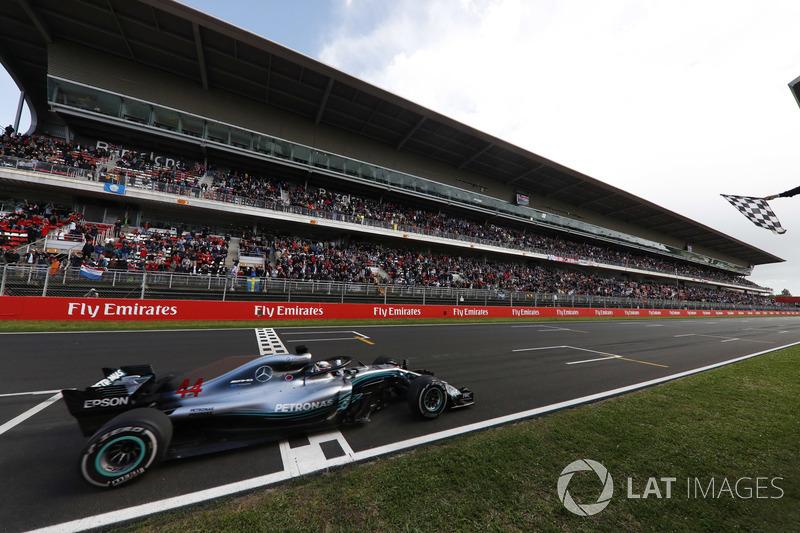 Lewis Hamilton, Mercedes AMG F1 W09, prende la bandiera a scacchi alla fine della gara