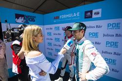 TV sunucusu Nicki Shields, Tom Blomqvist, Andretti Formula E Team ile konuşuyor